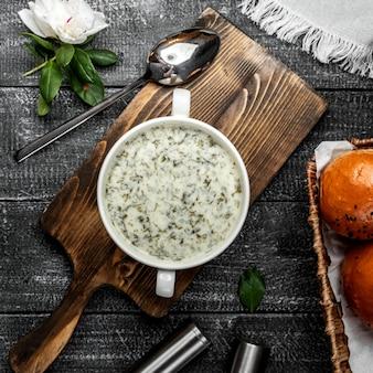 Zuppa di dovga sul tavolo