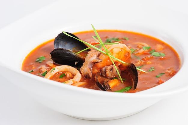 Zuppa di frutti di mare in un piatto bianco