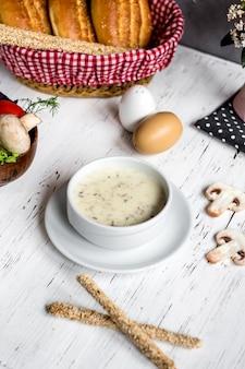 Zuppa di funghi con cesto di pane