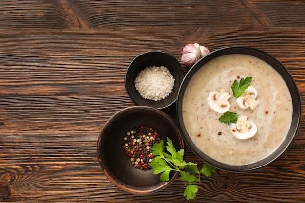 Zuppa di funghi e condimenti piatti con copia spazio
