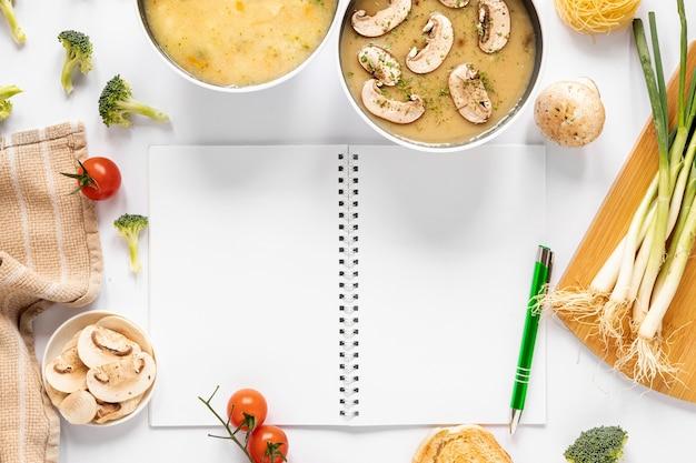 Zuppa di funghi e ingredienti di zuppa