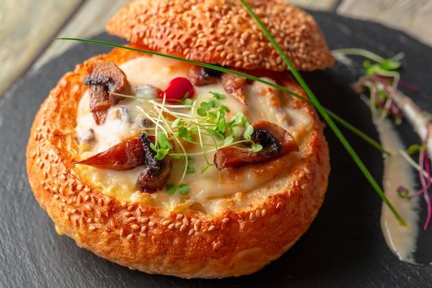 Zuppa di funghi fatta in casa, servita in una ciotola di pane