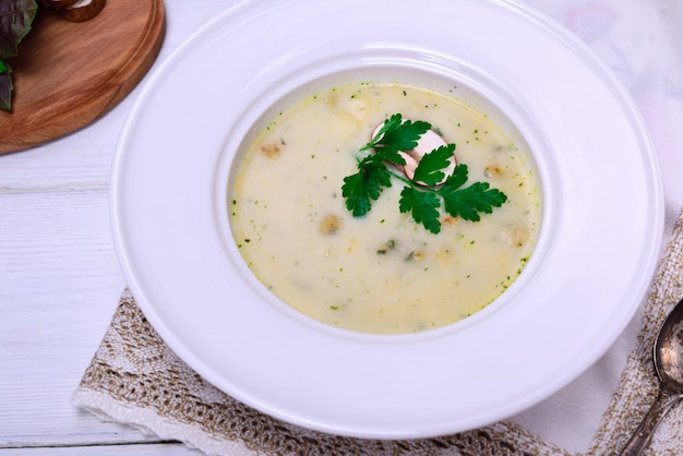 Zuppa di funghi in un piatto rotondo bianco