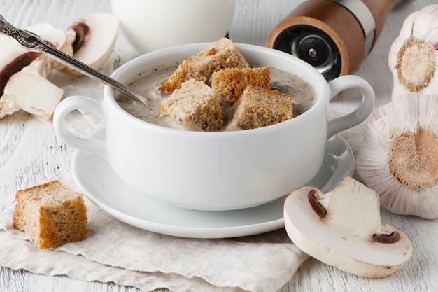 Zuppa di funghi in vaso bianco