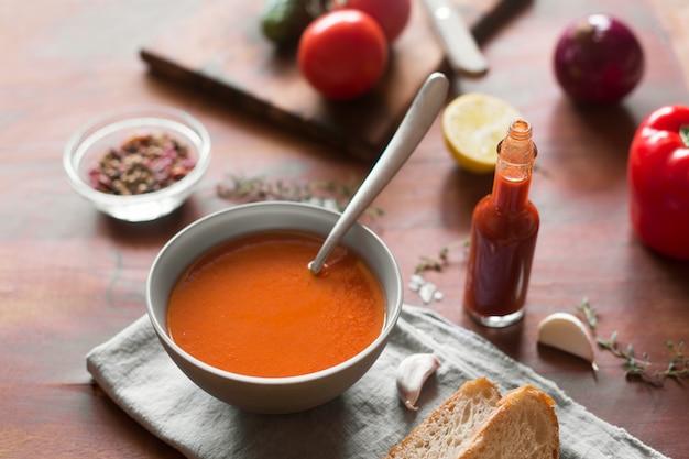 Zuppa di gazpacho con verdure fresche su superficie di legno
