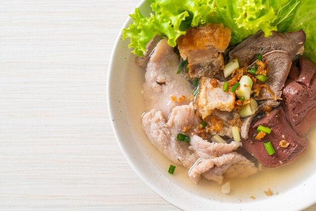 Zuppa di interiora di maiale e gelatina di sangue con riso