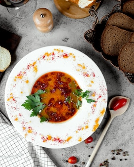 Zuppa di kharcho con pane nero