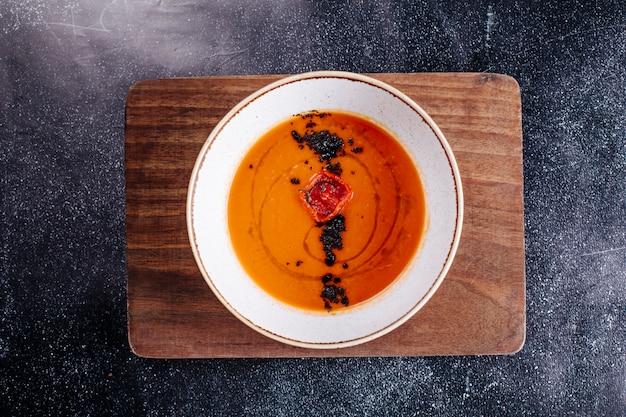 Zuppa di lenticchie in salsa di pomodoro con erbe e spezie.