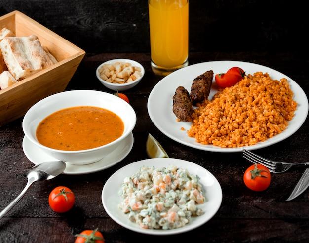 Zuppa di lenticchie, insalata di capitale e pranzo bulgur con cotolette