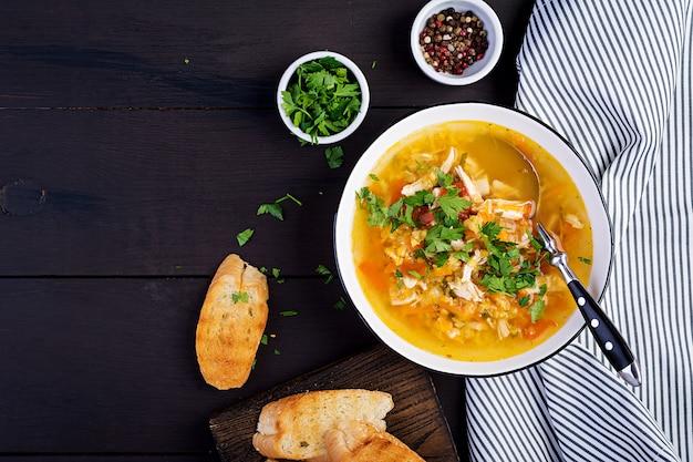 Zuppa di lenticchie rosse con carne di pollo e verdure