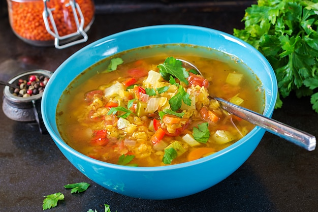 Zuppa di lenticchie rosse sulla superficie scura. concetto di mangiare sano. cibo vegano.