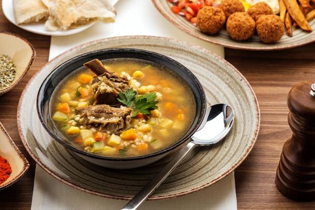 Zuppa di manzo, ceci e verdure,
