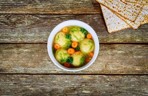 Zuppa di matzo fatta in casa in un alimento ebraico pasquale per la pasqua