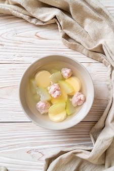 Zuppa di melone invernale con carne di maiale tritata e tofu all'uovo