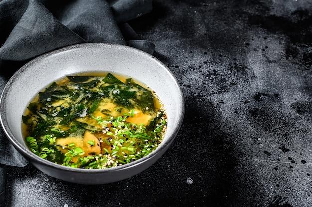 Zuppa di miso calda in una ciotola grigia