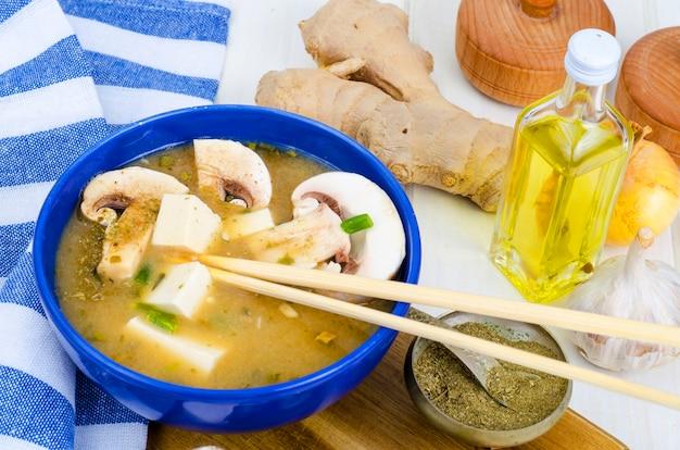 Zuppa di miso vegetariana con tofu e funghi.