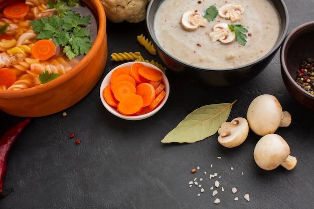 Zuppa di musroom alta angolo e zuppa di verdure con fusilli