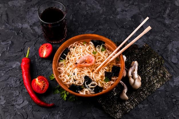 Zuppa di noodle di pesce vista dall'alto