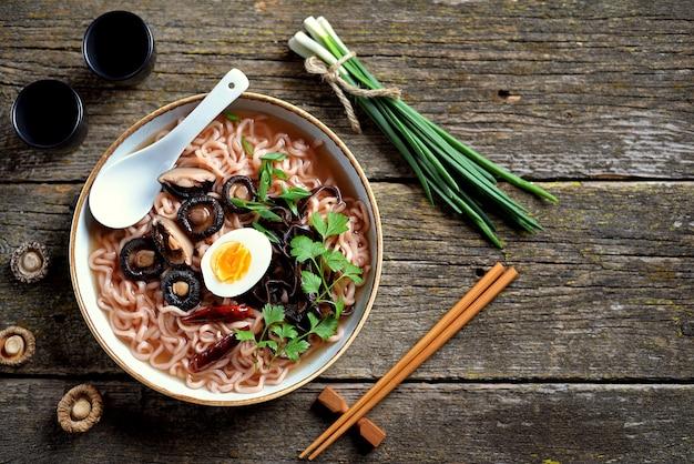 Zuppa di noodle ramen asiatica con funghi