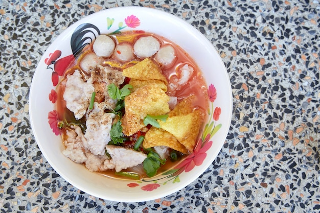 Zuppa di noodles in stile thailandese con carne di manzo