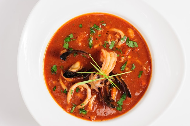 Zuppa di pesce in un piatto bianco