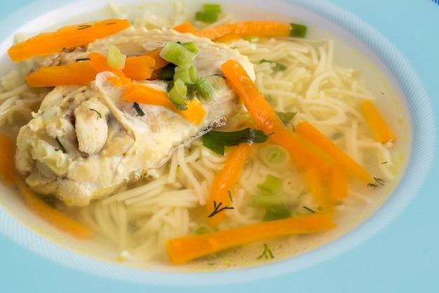 Zuppa di pollo con verdure e noodles.