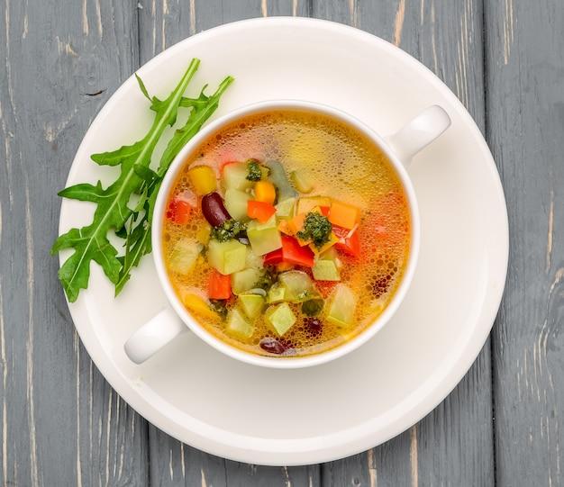 Zuppa di pollo con verdure. su un tavolo di legno