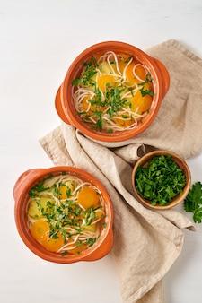 Zuppa di pollo sana con verdure e spaghetti di riso, dieta trattino fodmap, vista dall'alto