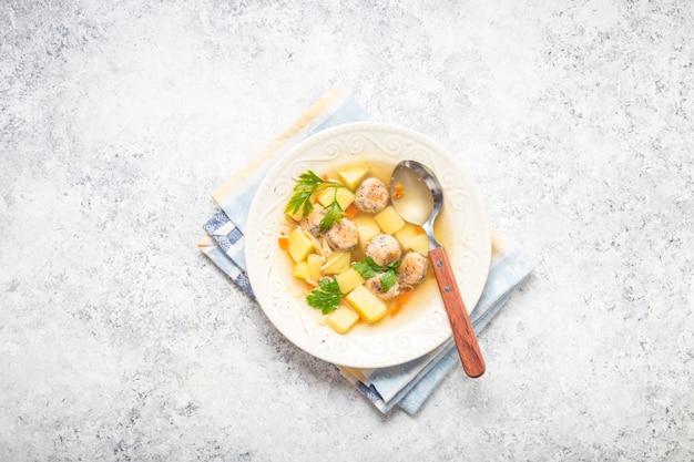 Zuppa di polpette di pollo