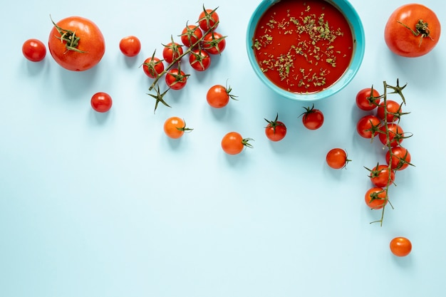 Zuppa di pomodori fatta in casa piatta