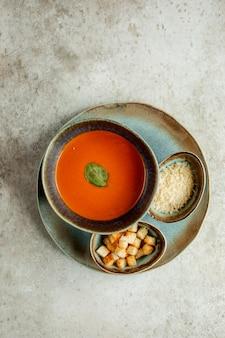 Zuppa di pomodoro con cracker laterali e formaggio