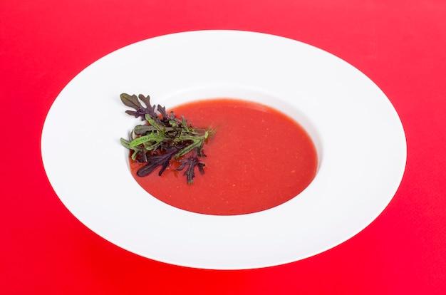 Zuppa di pomodoro con microgreens. foto