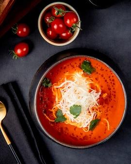 Zuppa di pomodoro con vista dall'alto di formaggio