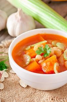 Zuppa di pomodoro con zucca, fagioli e sedano