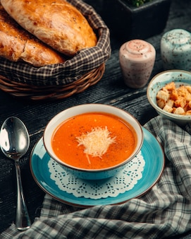 Zuppa di pomodoro condita con formaggio