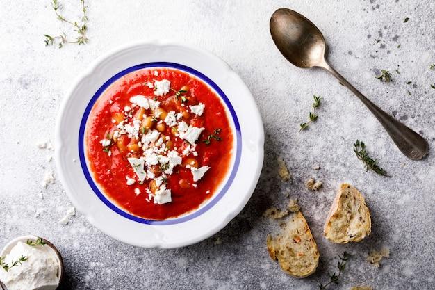 Zuppa di pomodoro e pomodori freschi ciliegia. gazpacho