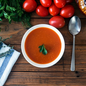 Zuppa di pomodoro fresca fatta in casa calda con timo, quadrata
