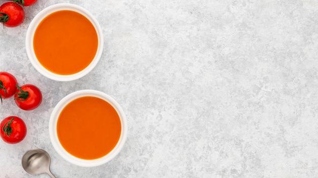 Zuppa di pomodoro fresco vista dall'alto con spazio di copia