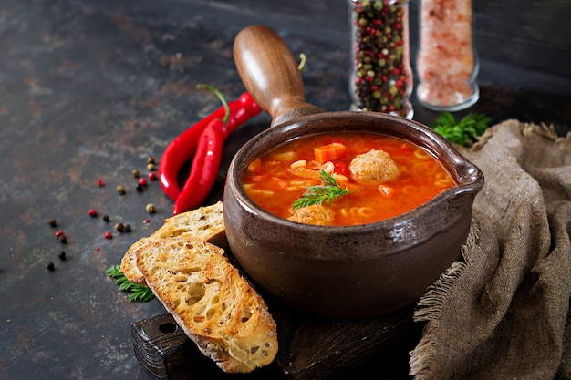 Zuppa di pomodoro piccante con polpette, pasta e verdure. cena salutare