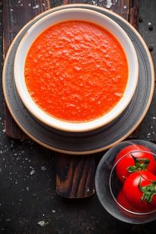 Zuppa di pomodoro vista dall'alto con pomodori nel piatto