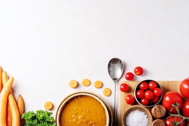 Zuppa di purea di carote, vista dall'alto sullo sfondo