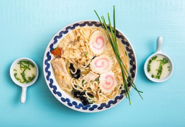 Zuppa di ramen e piattini vista dall'alto