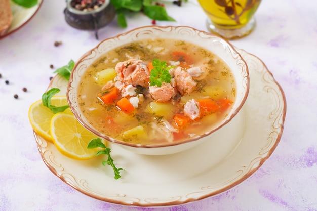 Zuppa di salmone con verdure in ciotola.