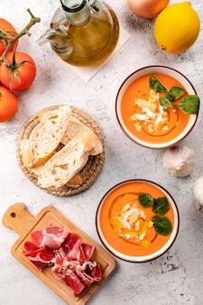 Zuppa di salmorejo con prosciutto e uova in una ciotola