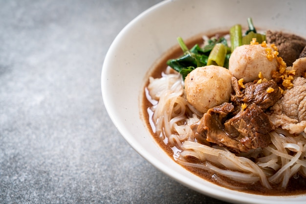 Zuppa di spaghetti di riso con carne di maiale in umido