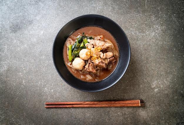 Zuppa di spaghetti di riso con maiale in umido