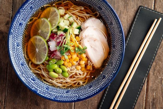 Zuppa di spaghetti ramen fredda estiva con pollo