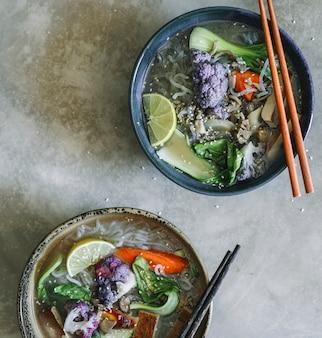 Zuppa di spaghetti vegani con l'idea di ricetta di fotografia di cibo tofu
