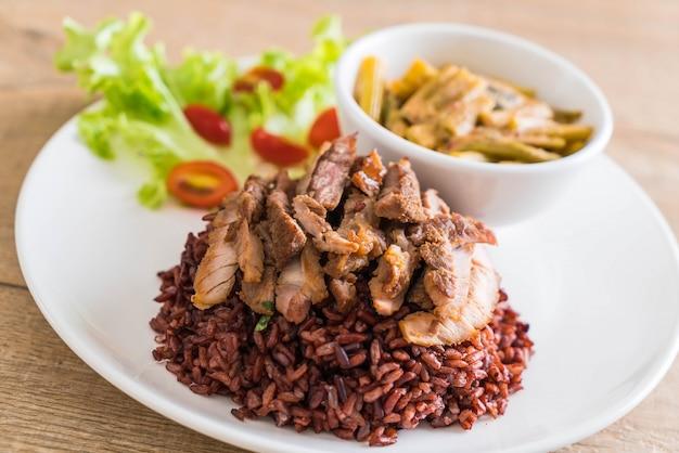 Zuppa di spinaci con carne di maiale e curry con riso a bacca