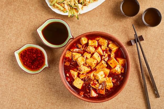 Zuppa di tofu con bacchette e salse